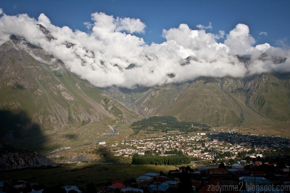 12. GRUZJA, Kazbegi. Kazbegi w dole. Różnica poziomów mięcy miasteczkiem a szczytami w tle to ponad 2 km. (fot. Michał Popławski)