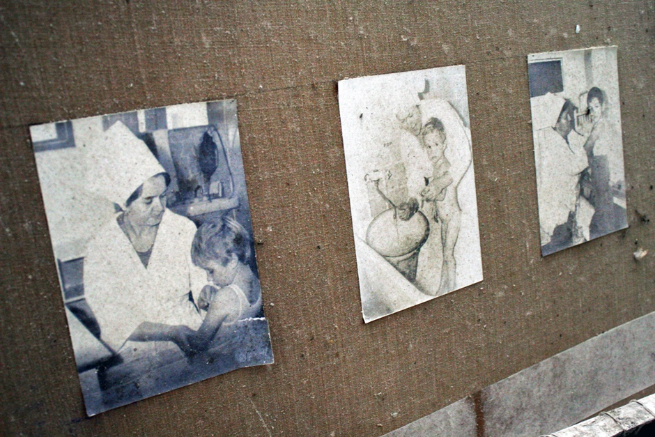 16. UKRAINA, Prypeć. W budynku szpitala, który dawniej mógł przyjąć ponad 400 pacjentów, znaleźć dziś można między innymi fotografie pielęgniarek opiekujących się dziećmi. (Fot. Ewa Serwicka)