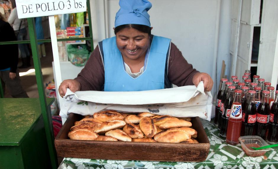 3. BOLIWIA, Sucre. ... by natrafić na panią oferującą ciepłe jeszcze saltenie nadziewane mielonym mięsem bądź kurczakiem. Tylko po co ta posypka z cukru? Kupuję jedną na zaostrzenie apetytu i lecę dalej. (Fot. Piotr Horzela)