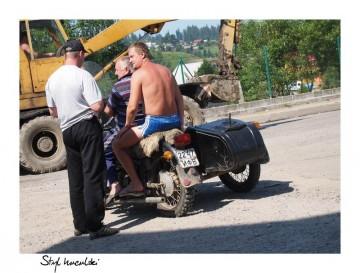 Mieszkańcy Huculszczyzny na swym pięknym motocyklu