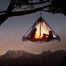 Wiszący namiot na drzewie (fot. waldseilgarten-hoellschlucht.de)