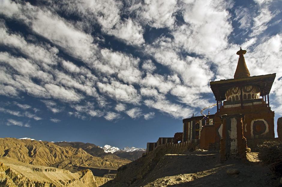 Buddyjski klasztor u podnóża Himalajów