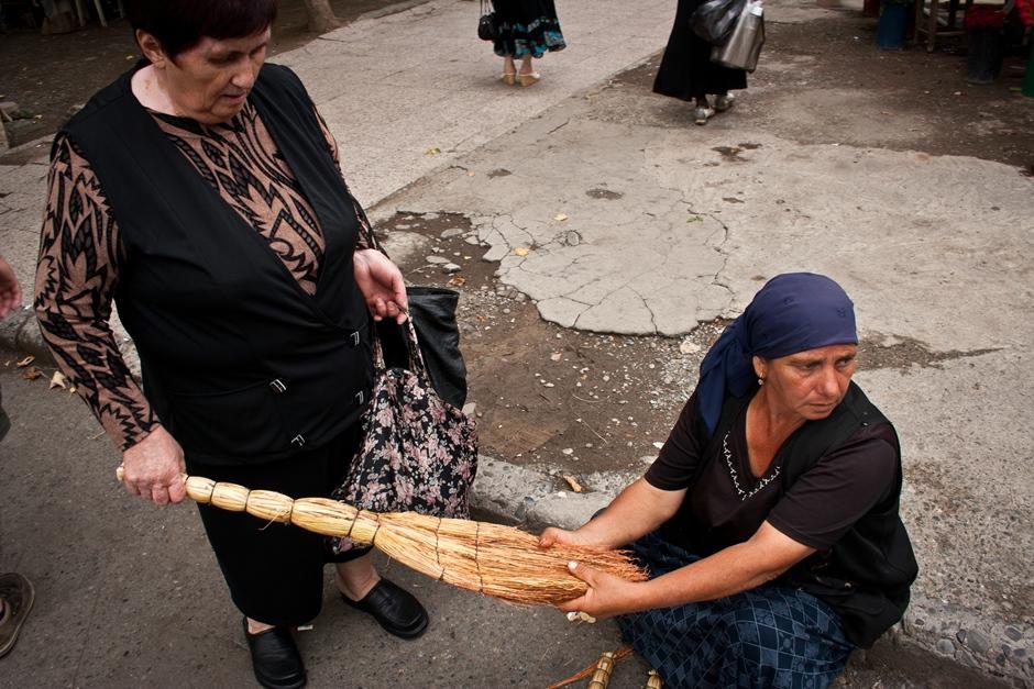 Sprzedaż mioteł w Tibilisi