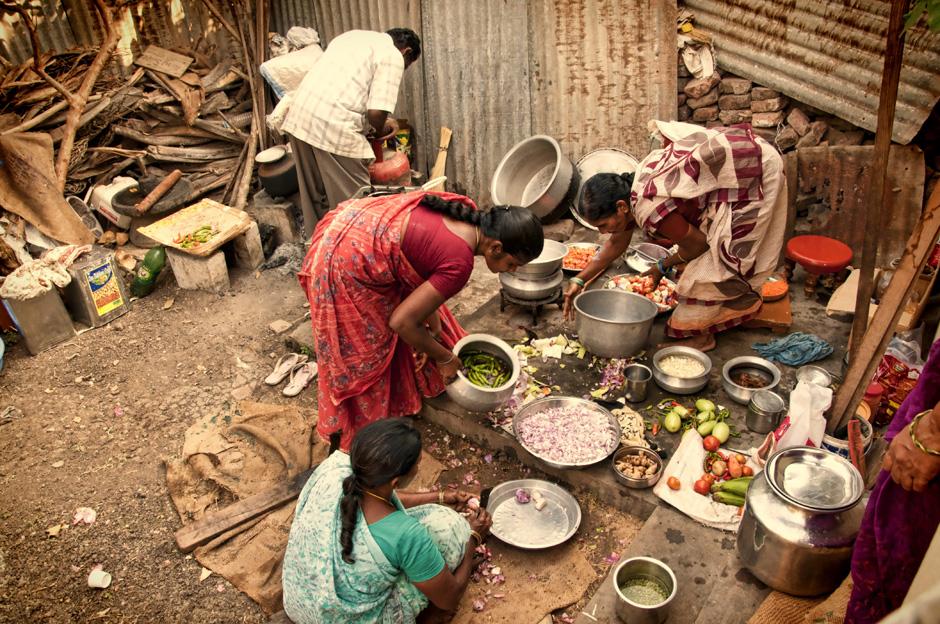 11. INDIE, Achanta. W czasie gdy w domu trwają modlitwy, w kuchni trwają przygotowania do obiadu. (Fot. Kasia Adamczyk-Tomiak)