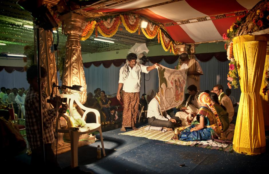 21. INDIE, Kovvur. Jeszcze przed 4:00 rozpoczyna się ceremonia zaślubin. Panna młoda siedzi razem z rodzicami, oddzielona zasłoną od pana młodego. (Fot. Piotrek Tomiak)