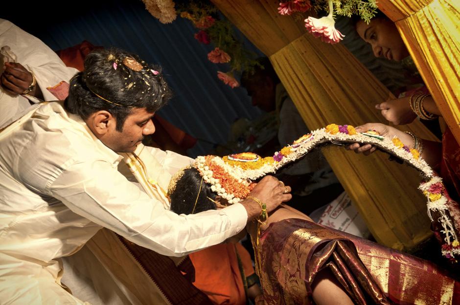 26. INDIE, Kovvur. Lakshmi zawiązuje na szyi Satiavani ślubny naszyjnik. (Fot. Piotrek Tomiak)
