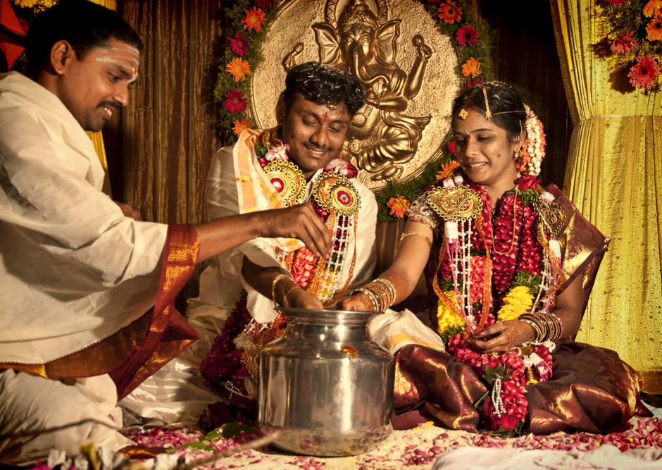 """28. INDIE, Kovvur. Lakshmi i Satiavani są już mężem i żoną. Tradycyjnie kapłan wrzuca do naczynia z wodą obrączkę, o którą mają """"walczyć"""". (Fot. Kasia Adamczyk-Tomiak)"""