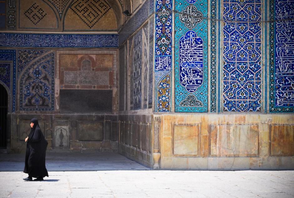 Islamskie kobiety często chodzą w zakrywające je oid stóp do głów czadorach