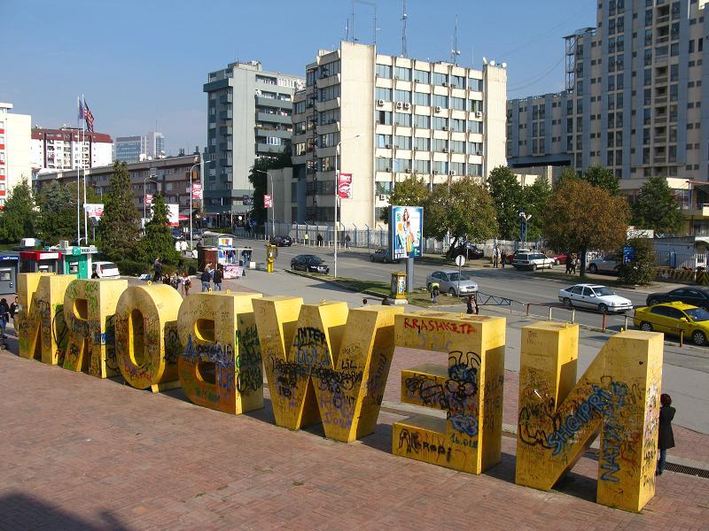 """Symbol Kosowa, napis """"New Born"""", znajdujący się w centrum Prisztiny jest popularnym miejscem spotkań (fot. Gosia Drewa)."""