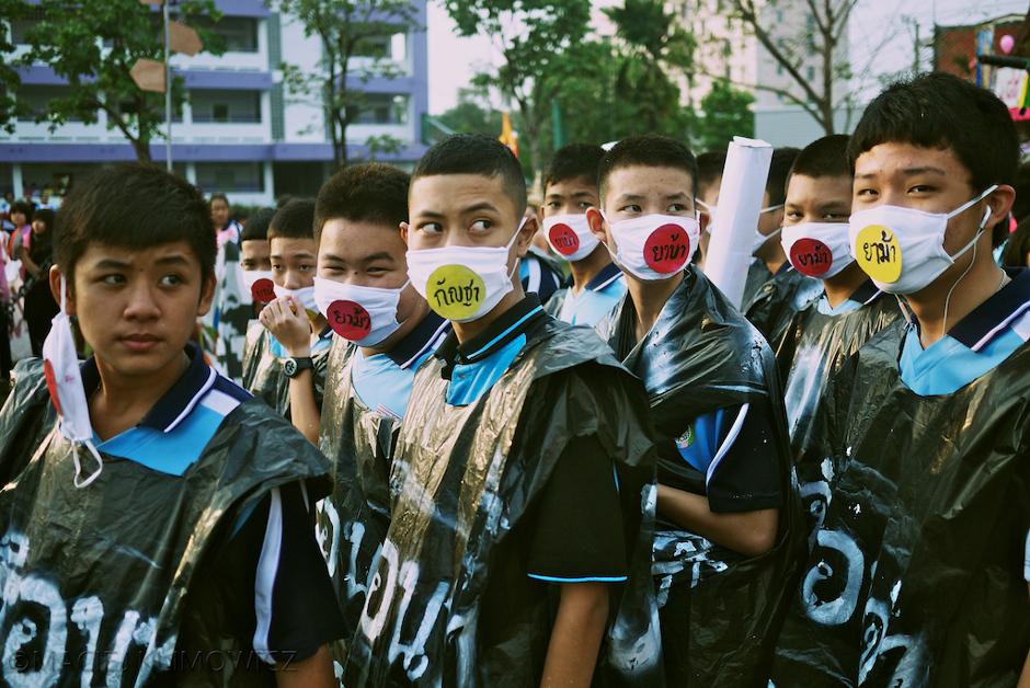 Tajska młodzież w przebraniach