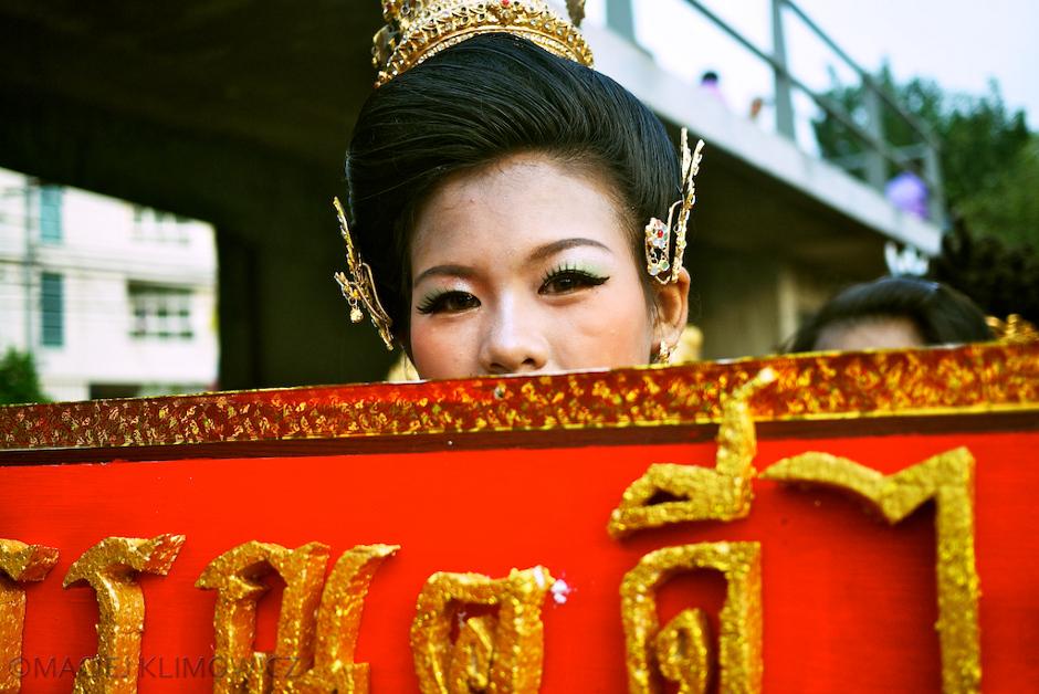 Młoda dziewczyna z tajskimi ozdobami