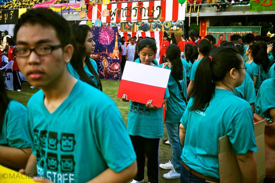 Tajska dziewczyna z polska flagą