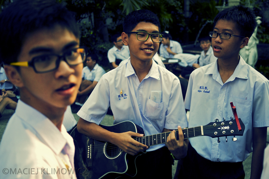 Młodzi mieszkańcy Bangkoku uwielbiaja grać na instrumentach