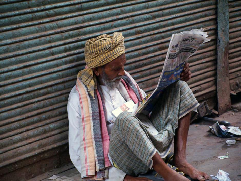 Hindus czytający gazetę