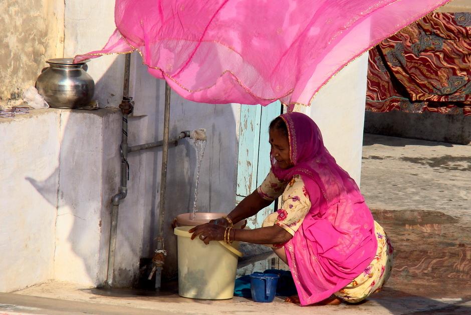 Hinduskie kobiety podczas porannego prania