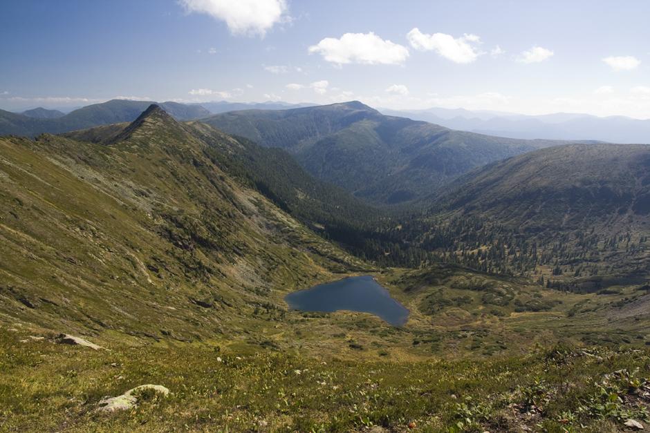 Widok na jezioro w rosyjskich górach