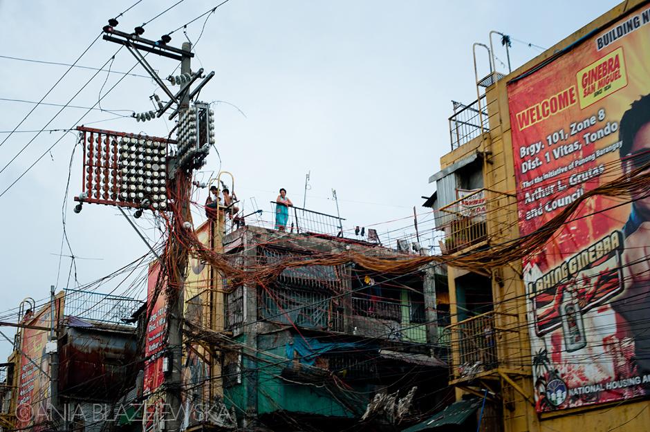 Wiszące nad ulicą plątaniny kabli to w Azji popularny widok