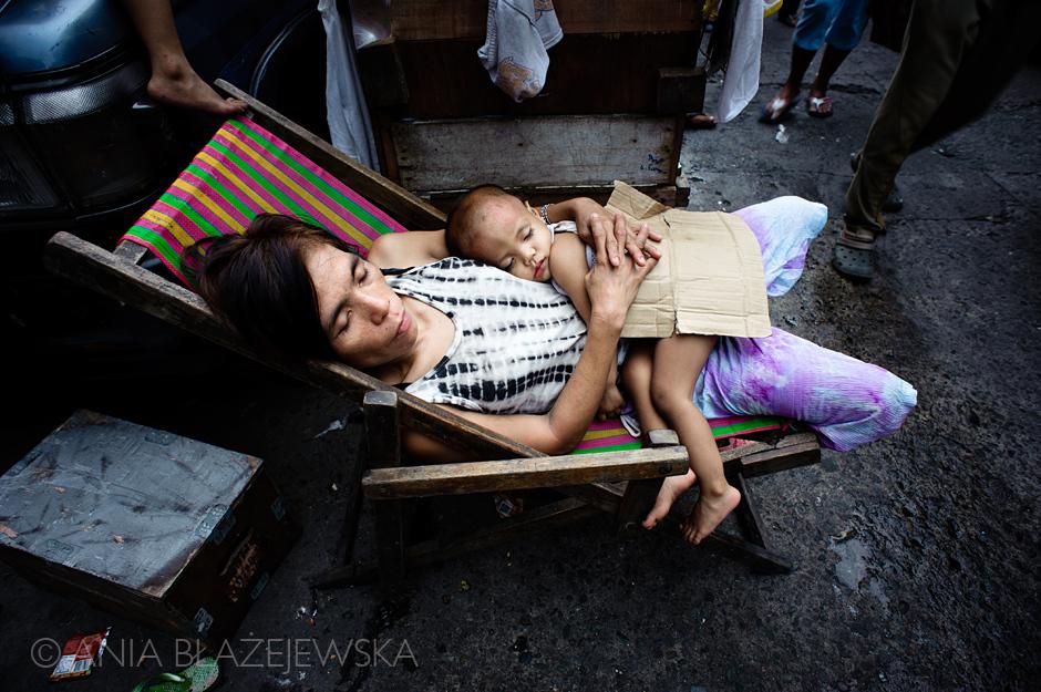 Bezdomni to częsty widok na ulicach azjatyckich miast