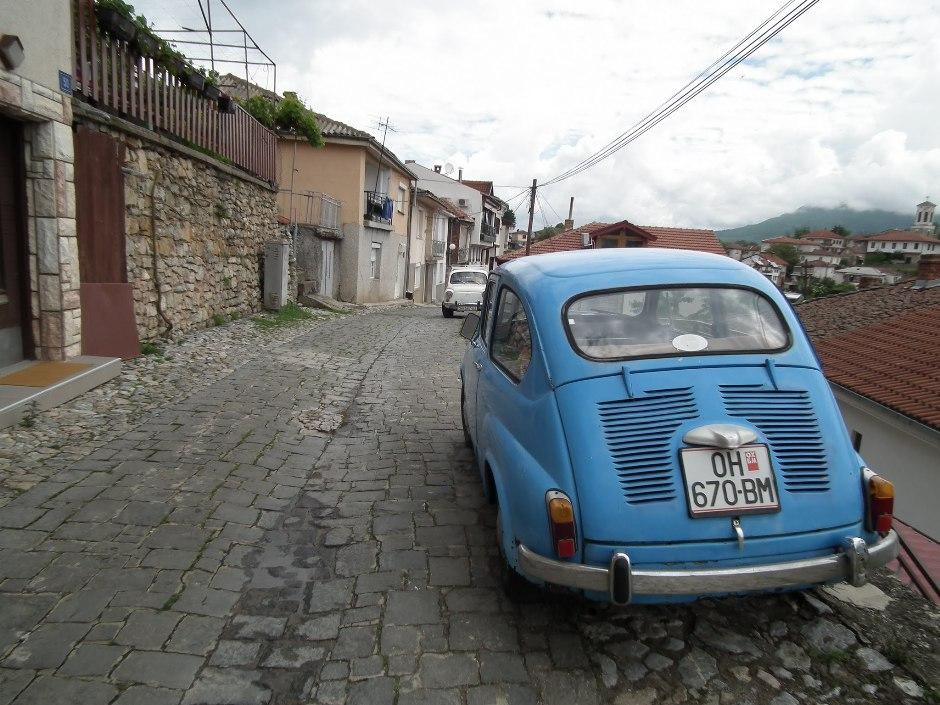 samochody stoją poupychane w wąskich uliczkach