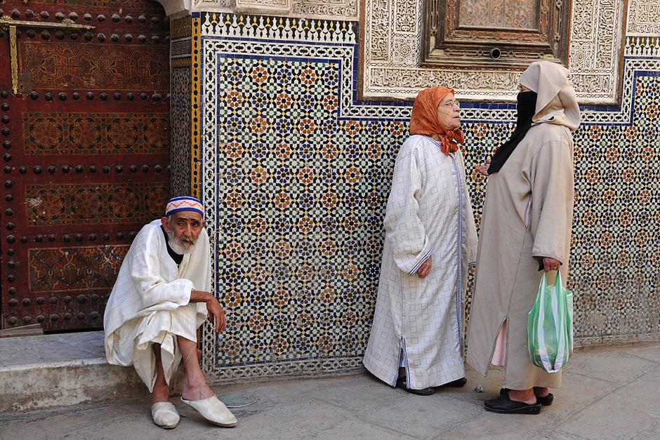 Życie towarzyskie kwitnie przed meczetem