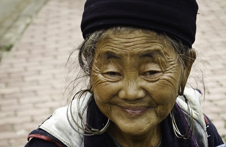 starsza kobieta z mniejszości Czarnych Hmong