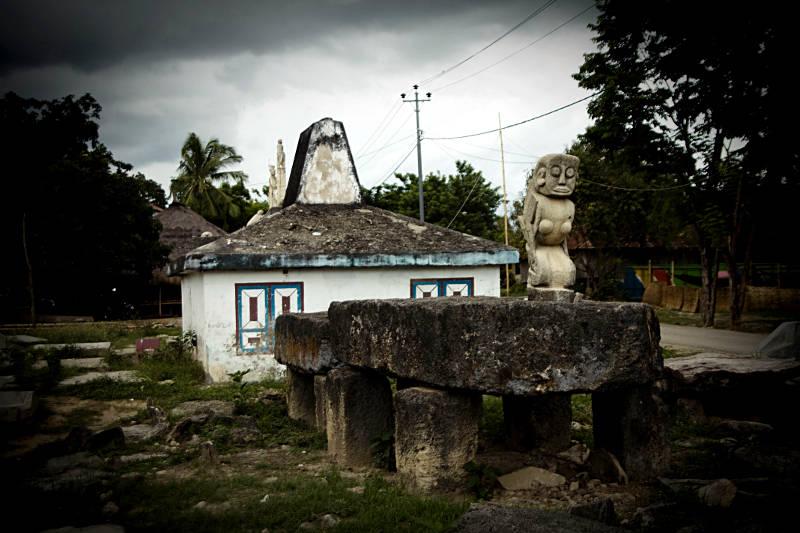 Megalit w centrum indonezyjskiej wioski