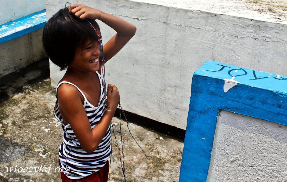 Dziecko z filipińskich slumsów