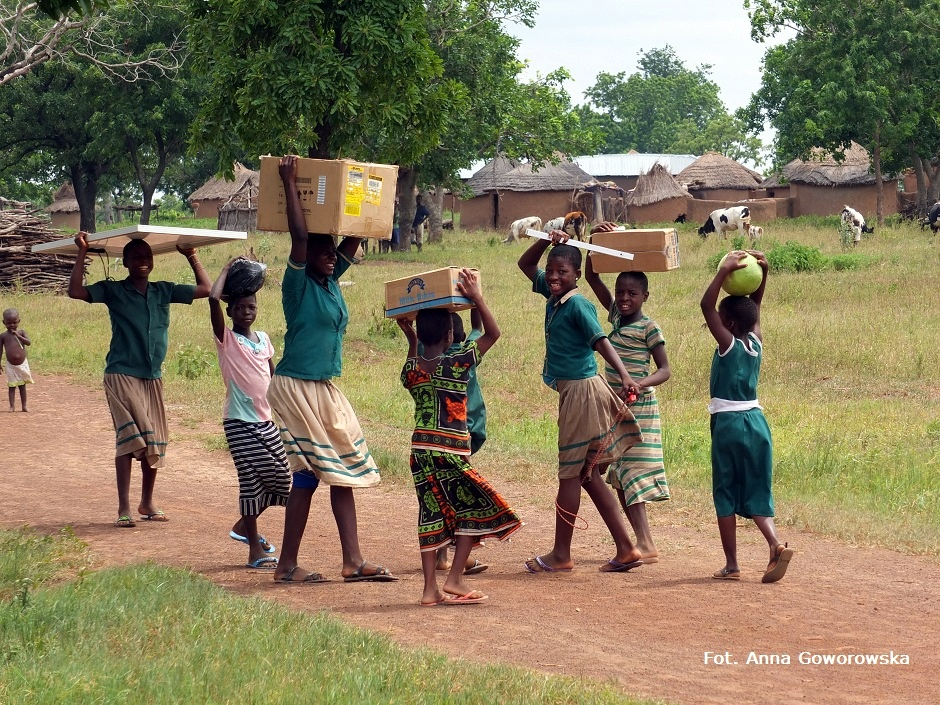 Dzieci w Afryce w drodze do szkoły