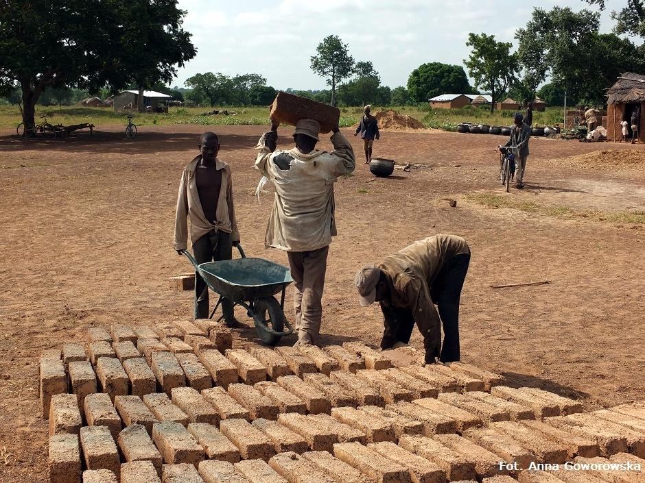 Ręczny wyrób cegieł w Afryce