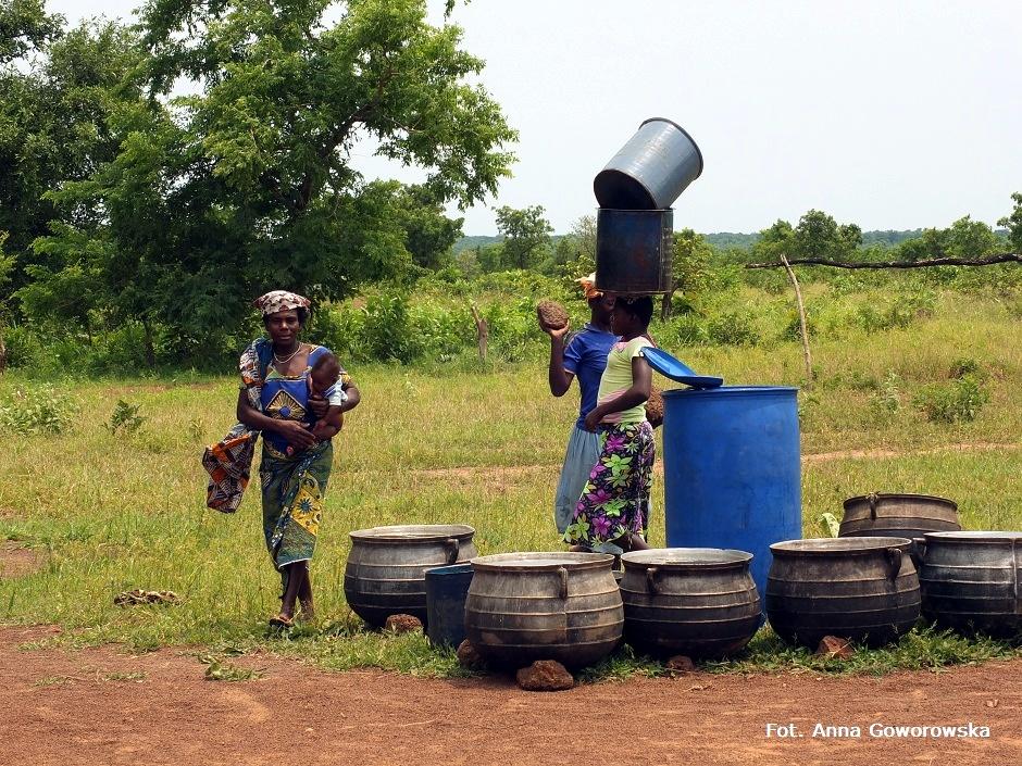 Afrykańskie kobiety nabierają wodę ze studni