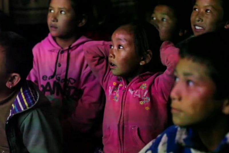 Dzieciaki z Jharkot oglądają przygody Bolka i Lolka. (Fot. Robb Maciąg)
