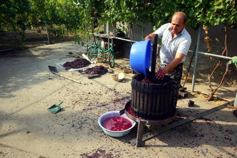 Ksiądz wyciska winogrona