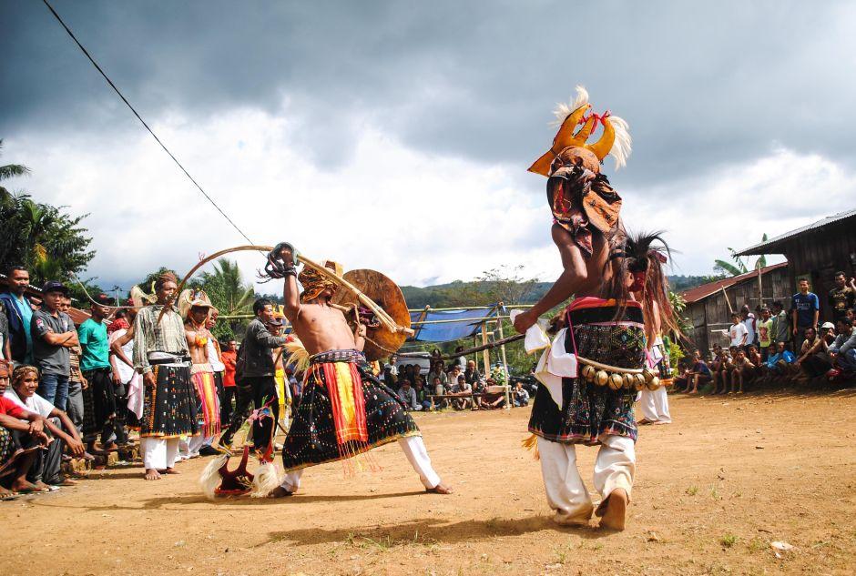 Taniec wojenny w Indonezji - foto