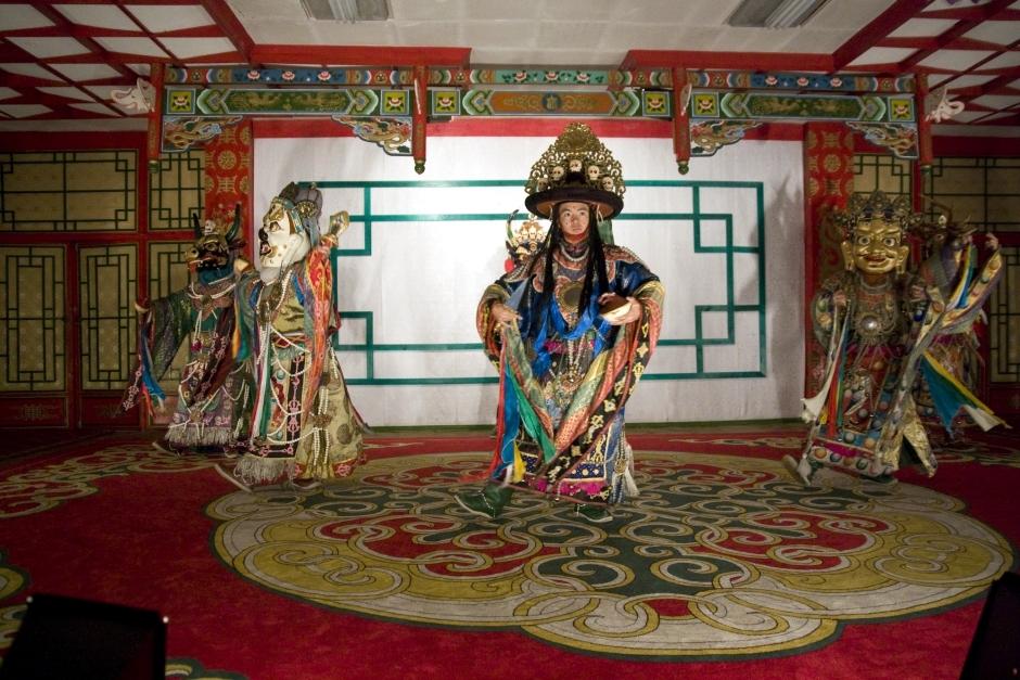Mongolczycy tańczą dla turystów