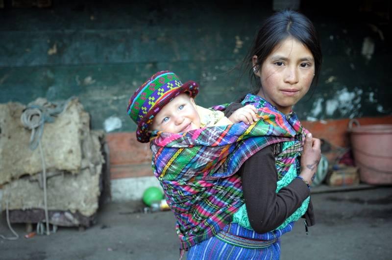 Indianie noszą dzieci w chustach