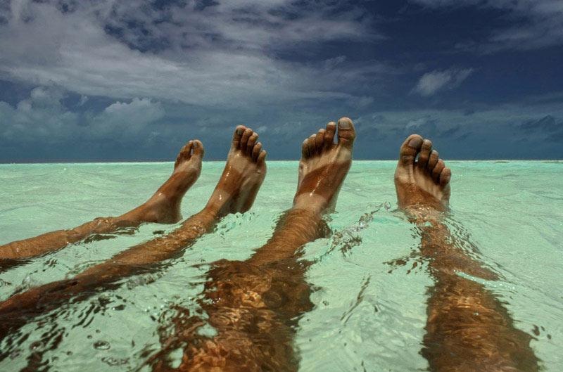 Gołe nogi w morzu