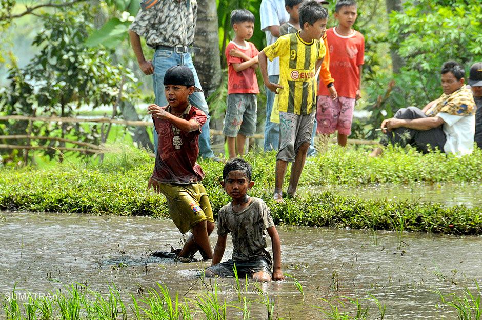 Dzieci z Sumatry bawią się w błocie - zdjęcia z podróży do Indonezji