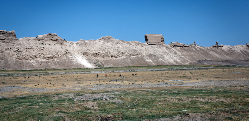 Pozostałości po murze otaczającym Balch w Afganistanie