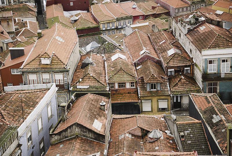 Dachy kamienic w Porto