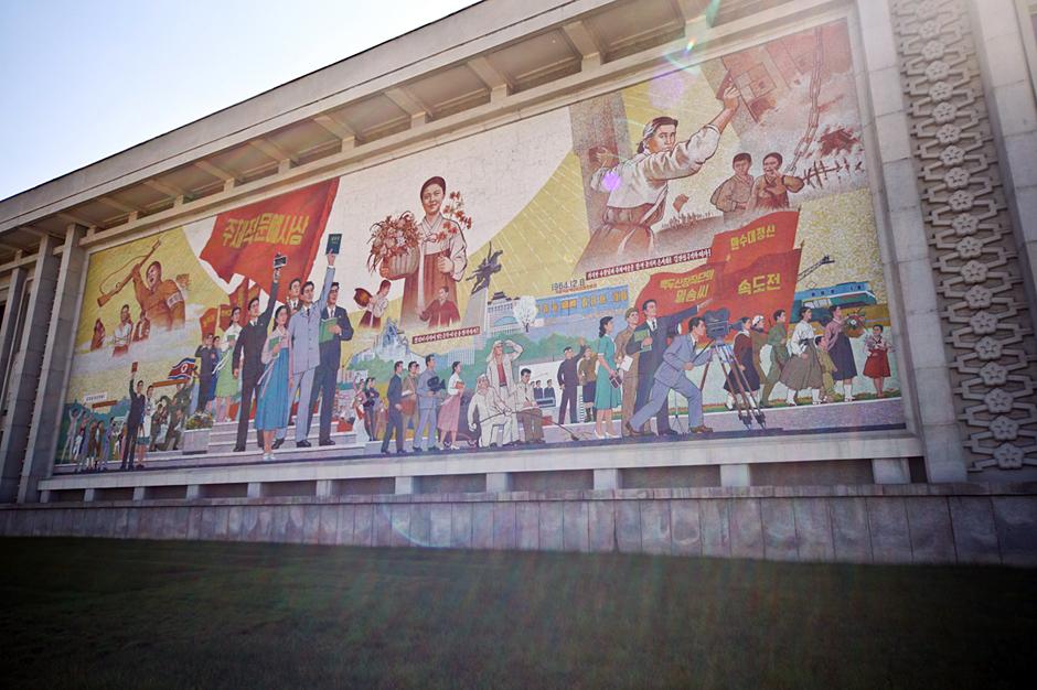 Filmowy mural w Pjongjang - foto