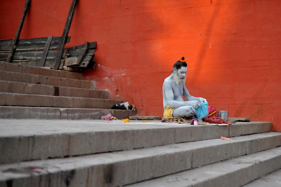 Święty mąż, sadhu, nad brzegiem Gangesu