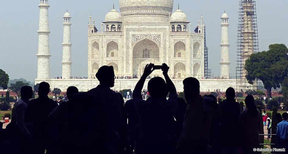 Indie, Taj Mahal, Agra. Hinduscy turyści i zdjęcia selfie