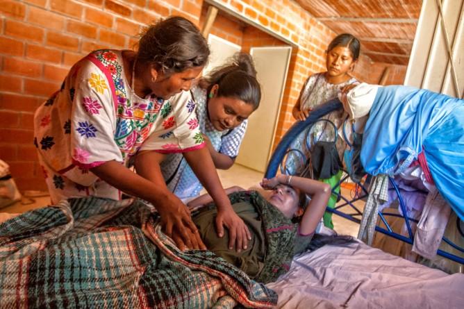 Parteras indígenas luchan contra muerte materna en Guerrero