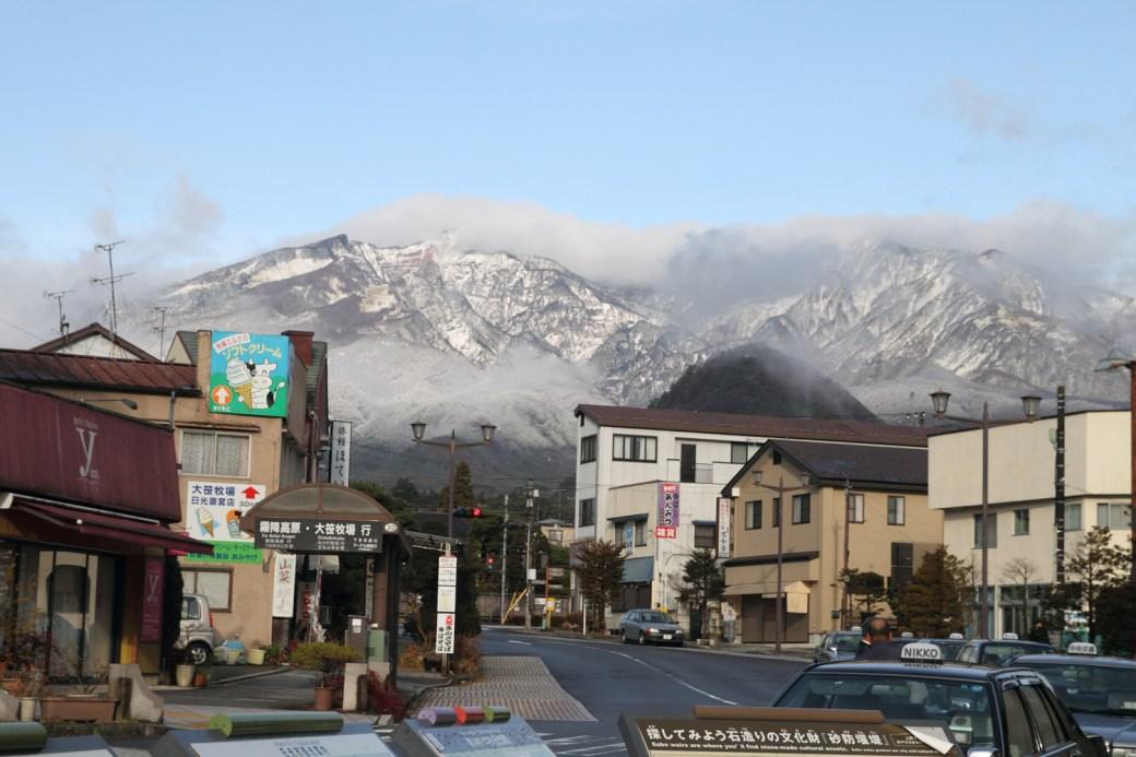 Vista de las montañas de Nikko al salir de la estación de tren