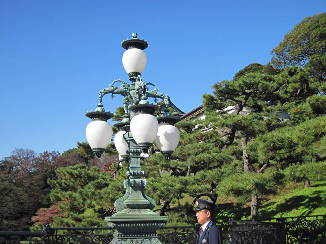 Farola en uno de los puentes dobles del Palacio Imperial de Tokio