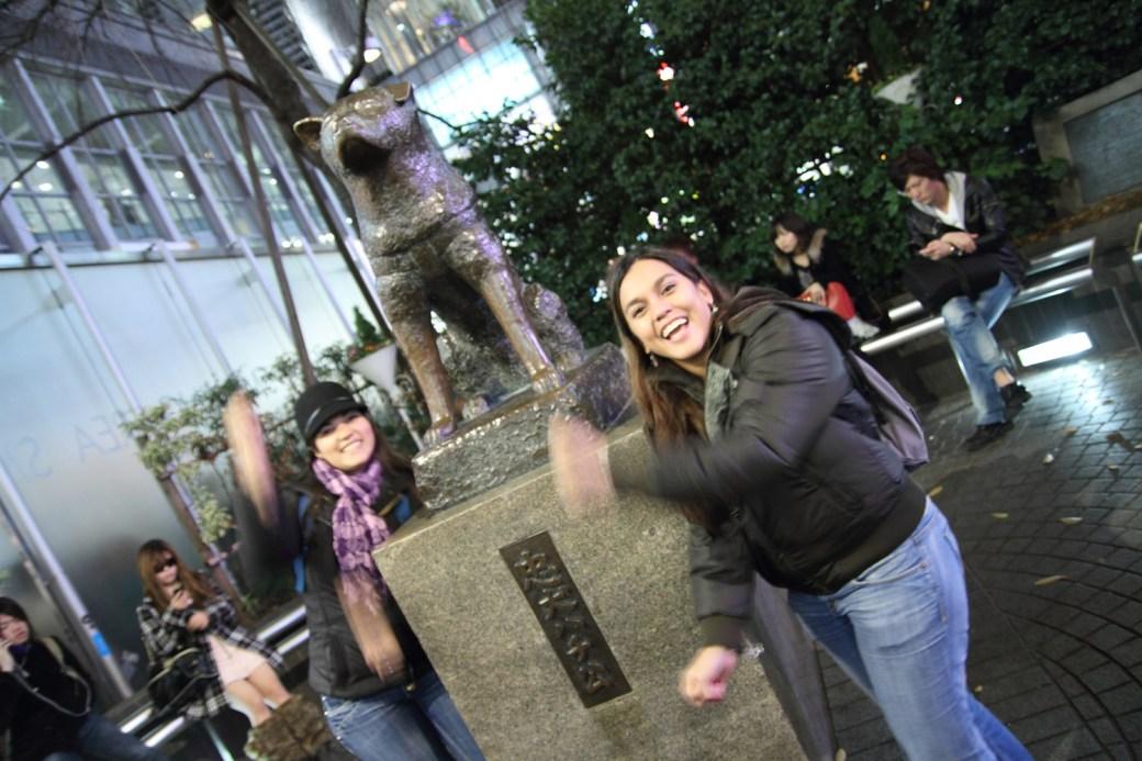Bailando el Para Para junto a la estatua de Hachiko en Shibuya