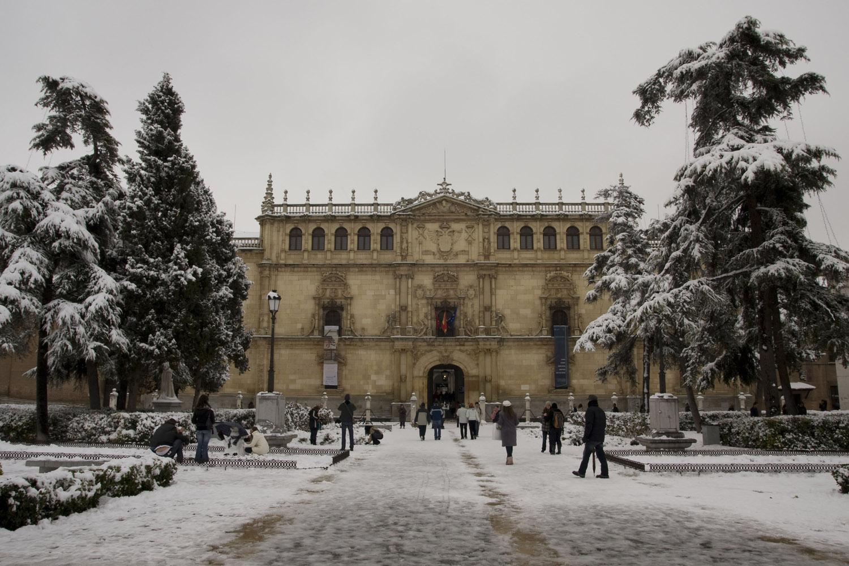 Fachada de la Universidad de Alcalá, totalmente nevada