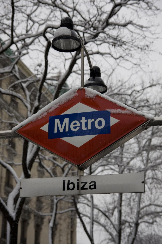 Letrero de Metro de Madrid cubierto de nieve
