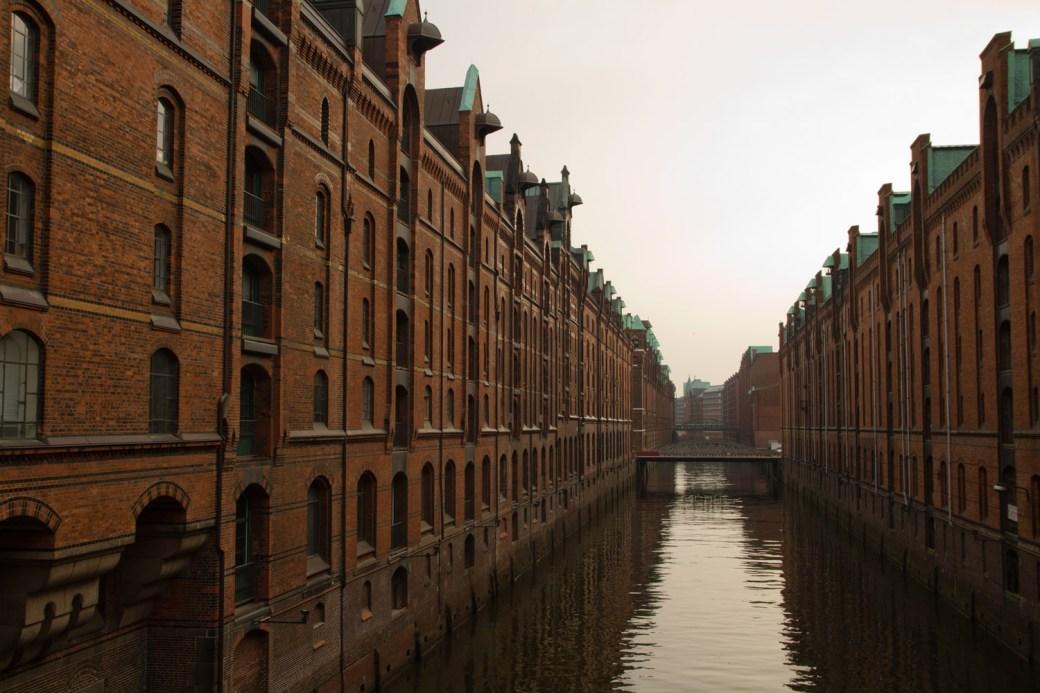 Canales y naves en el antiguo distrito de naves o Speicherstadt, en Hamburgo, Alemania