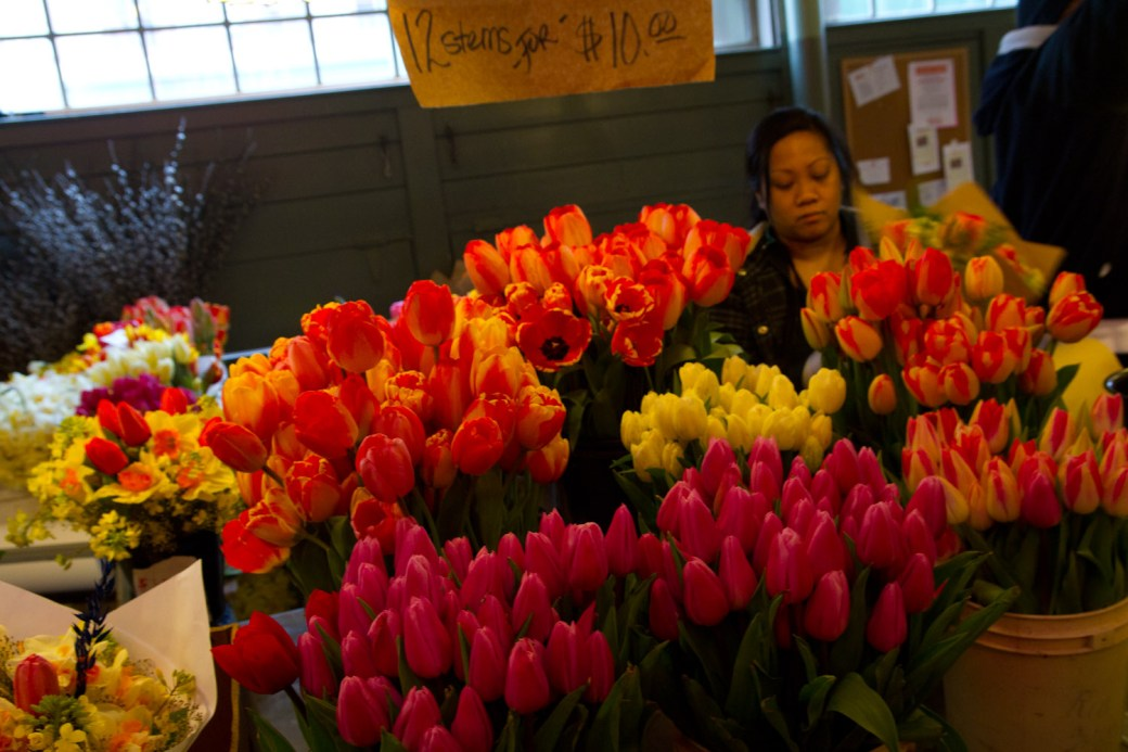 Tulipanes a la venta en el mercado de Pike Place, Seattle, EE.UU.